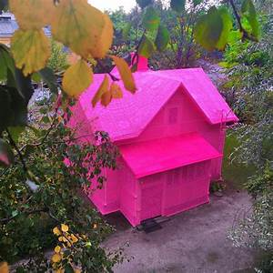 Artist olek covers a house in finland with pink crochet for Artist olek covers a house in finland with pink crochet