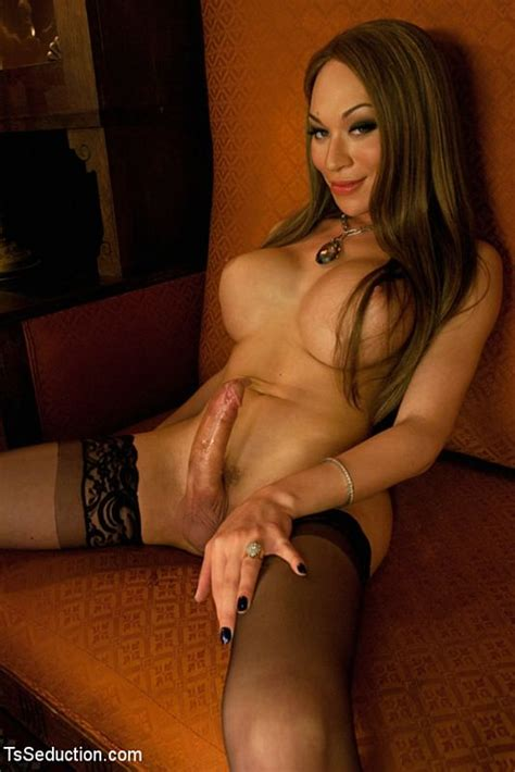 Mia Isabella Gets Her Cock Serviced Photo 2