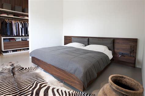 slaapkamer inrichten hout moderne slaapkamer met bed en kast in notenhout