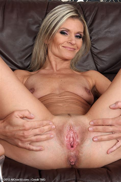 blonde 39 year old carley fingers her mature pussy pichunter