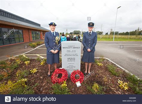 Sqn Ldr Susie Barnes (l), Nz Air Force And Flt Lt Claire