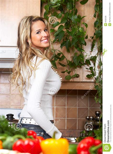 femme dans la cuisine femme dans la cuisine photo stock image du maison