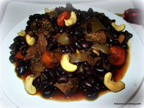 une assiette avec un reste de pot au feu des haricots noirs et des noix de cajou