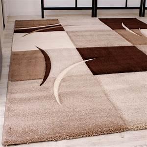 designer teppich mit konturenschnitt karo muster braun With balkon teppich mit tapete beige muster