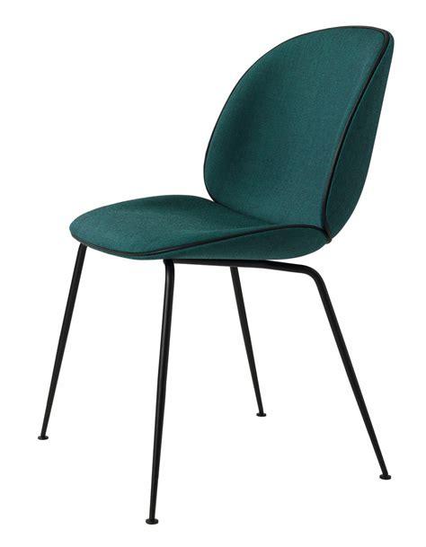 chaise bleu canard chaise beetle fully upholstered avec pieds noir de gubi