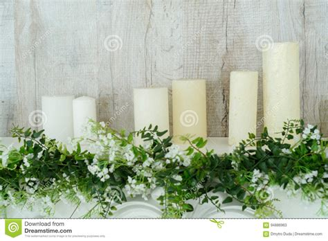 camino decorativo camino decorativo bianco con le candele su vicino alla