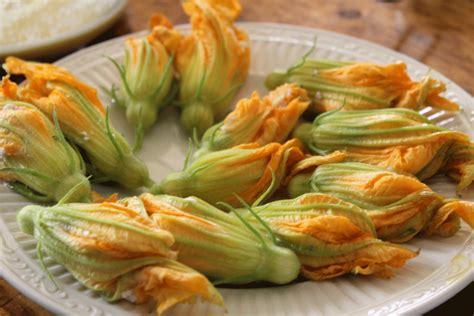 pastella per friggere fiori di zucca fiori di zucca fritti come friggere i fiori di zucca per