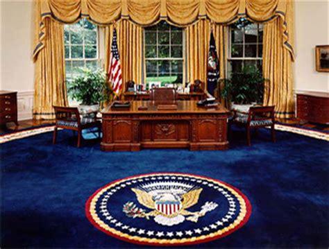 le de bureau blanche le meuble du bureau ovale offert par la reine