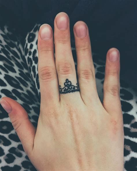 crown finger tattoos ideas