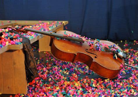 Stīgu instrumentos izspēlē gan klasisko, gan populāro ...