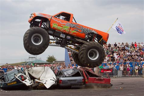 videos de monster trucks un show de cascades avec voiture et monster truck youtube