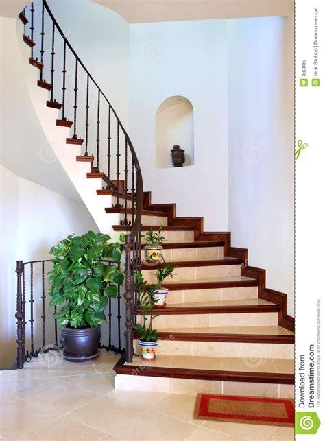 escalier interieur de villa vestibule int 233 rieur rustique et escaliers de grande villa espagnole photo libre de droits