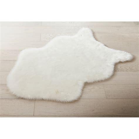 chaise bois blanc tapis blanc peau mouton l 60 x l 90 cm leroy merlin