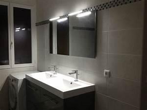decoration pose dun miroir et dappliques dans la salle With salle de bain fonctionnelle