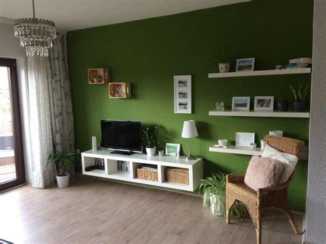 wohnzimmer  farbe die gruene wand bietet einen tollen