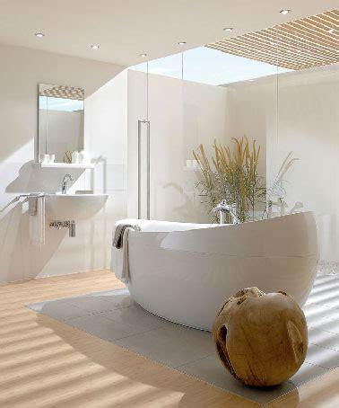 parquet et puit de lumi 232 re dans salle de bain zen