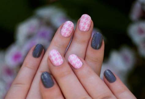 Серорозовый маникюр в 20182019 дизайн ногтей в серо розовых тонах на коротких ногтях фото красивые ногти нежно розового цвета с серым гель.