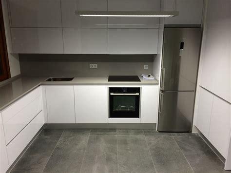 cocina moderna blanca  solo gris oscuro cocinas