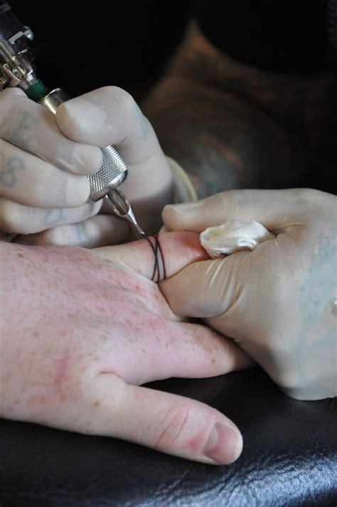 tatouage doigt douleur les tatouages