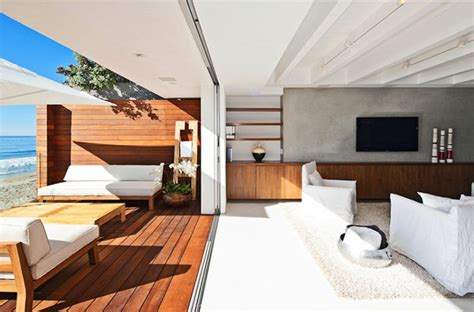 Ergonomic Living Room Furniture by Modern Malibu Beach House Combines Contemporary Interiors