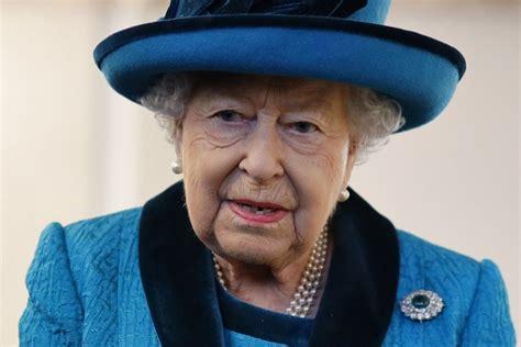 queen elizabeth  packs   bags   travels overseas