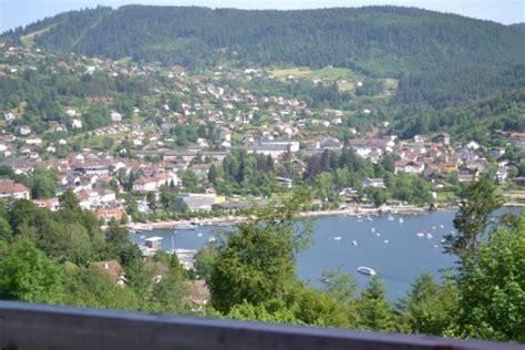 vue sur le lac de g 233 rardmer depuis la terrasse photo de chalet des roches pa 238 tres g 233 rardmer