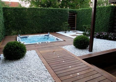 Whirlpool Im Garten Einlassen by Landschafts Und Gartengestaltung Weisser Kies Holz