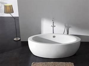 Badewanne Freistehend An Wand : badeinrichtung mit moderner badewanne ~ Lizthompson.info Haus und Dekorationen