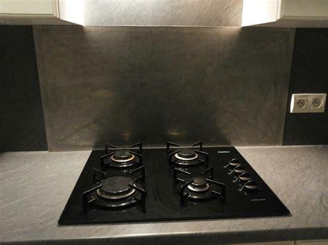 table de travail cuisine plaque de cuisson trop près du mur problème de crédence