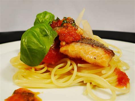 Spaghetti Mit Fischsugo Aus Tomaten, Basilikum Und Sogar