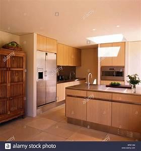 Kühlschrank Amerikanischer Stil : interiors modern kitchens fridge freezers stockfotos interiors modern kitchens fridge freezers ~ Orissabook.com Haus und Dekorationen