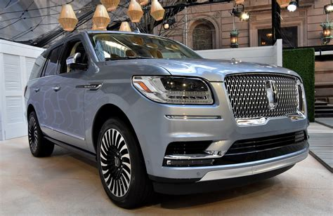 lincoln navigator debuts   luxurious form