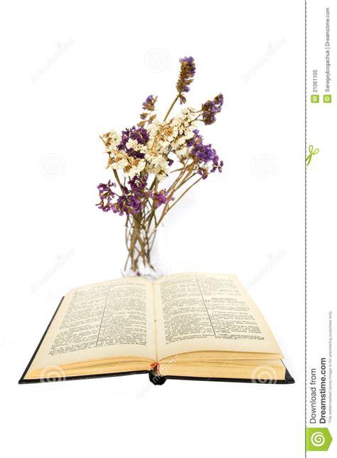 le livre ouvert avec les fleurs s 232 ches photo libre de
