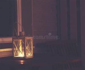 Laterne Kerze Draußen : altes metalllampe im freien mit brennender kerze stockfoto ~ Watch28wear.com Haus und Dekorationen