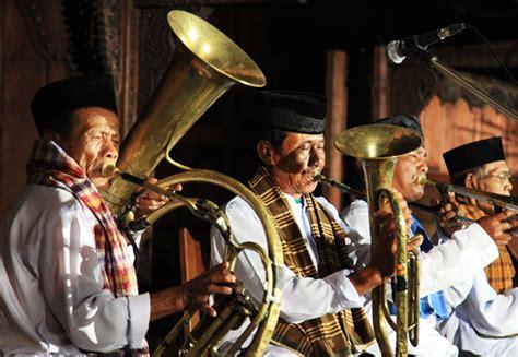 Musik yang memiliki standar estetika tertentu dan didominasi alat musik gesek dan alat musik tiup c. Contoh Alat Musik Tradisional Betawi beserta Penjelasannya Lengkap