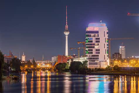 berliner skyline bei nacht fernsicht auf den bereich