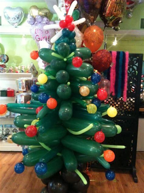 193 rbol de navidad y bolas de colores hechos con globos
