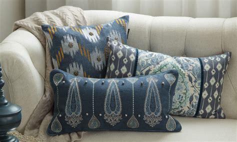 sofa pillow guide  choosing throw pillows  decorate
