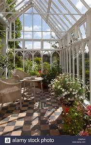 Wintergarten Englischer Stil : innenraum der alten stil englischer holz wintergarten mit wicker sitzgelegenheiten und ~ Markanthonyermac.com Haus und Dekorationen