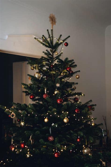 Weihnachtsbaum Rot Silber Geschmückt by Anleitung Weihnachtliche Tischdeko Modern Und Festliche