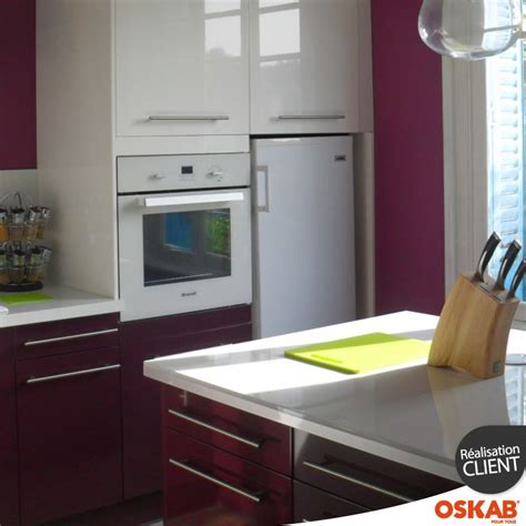 cuisine blanche et aubergine idée relooking cuisine cuisine moderne design bicolore blanche et aubergine avec finition