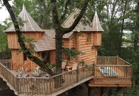 cabane dans les arbres avec spa chateaux dans les arbres
