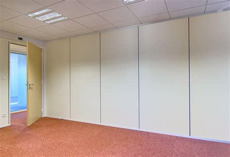 bureau en bois blanc les cloisons pleines toute hauteur aluminium espace