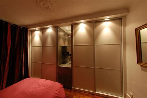 placard de chambre en bois la porte de placard coulissante 104 cool modèles
