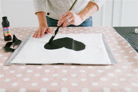 cr馥 sa chambre fabulous cutomiser une taie duoreiller avec de luencre textile couleur noir peindre with dcorer sa chambre avec des photos