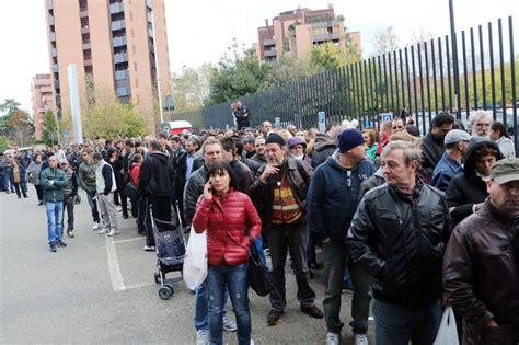 consolato rumeno di bologna in fila al consolato romeno di bologna per votare per il