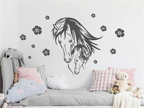 Wandtattoo Kinderzimmer Mädchen Pferde by Wandtattoo Pferd Mit Fohlen Und Bl 252 Ten Wandtattoos De