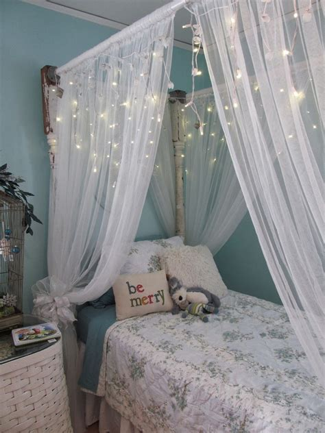 Christmas Bedroom Decorating Ideas With White Mosquito Net