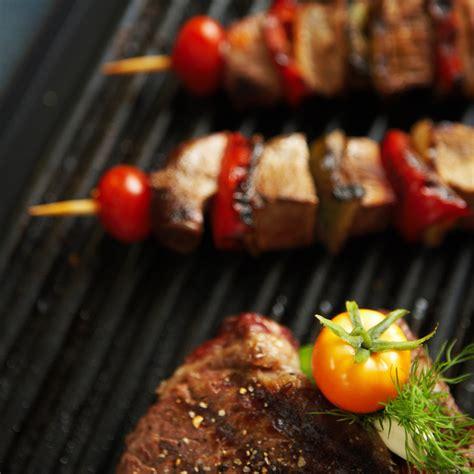 cuisiner avec une plancha cuisiner pas cher en août le barbecue vs la plancha