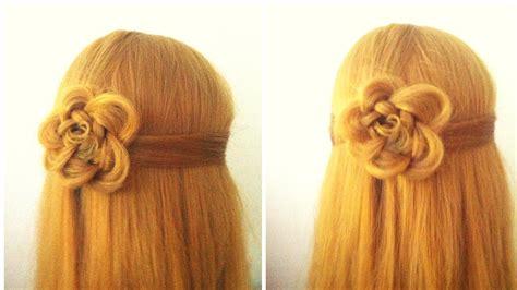 acconciatura con fiore fiore con i capelli acconciatura per le feste treccia